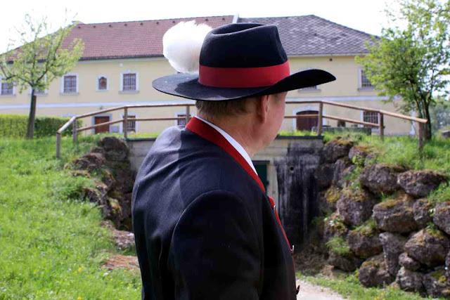 Toni Distelberger vor seinem Vierkanthof © Copyright Monika Fuchs, TravelWorldOnline