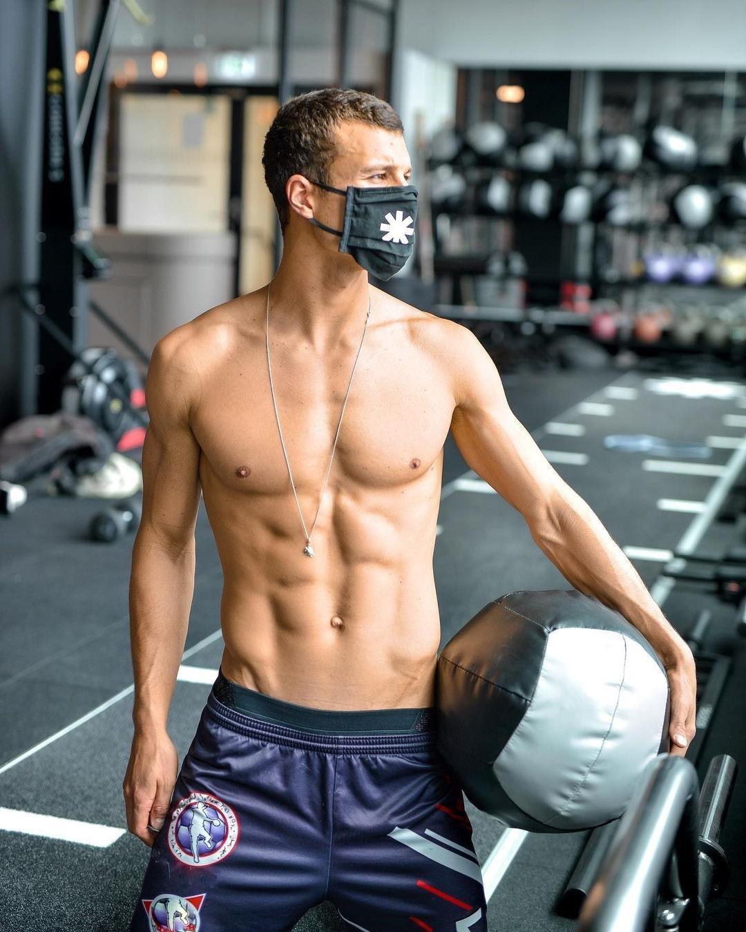 hot-guys-wearing-face-masks-torben-konig-gym-jock-shirtless-slim-fit-body-hunk