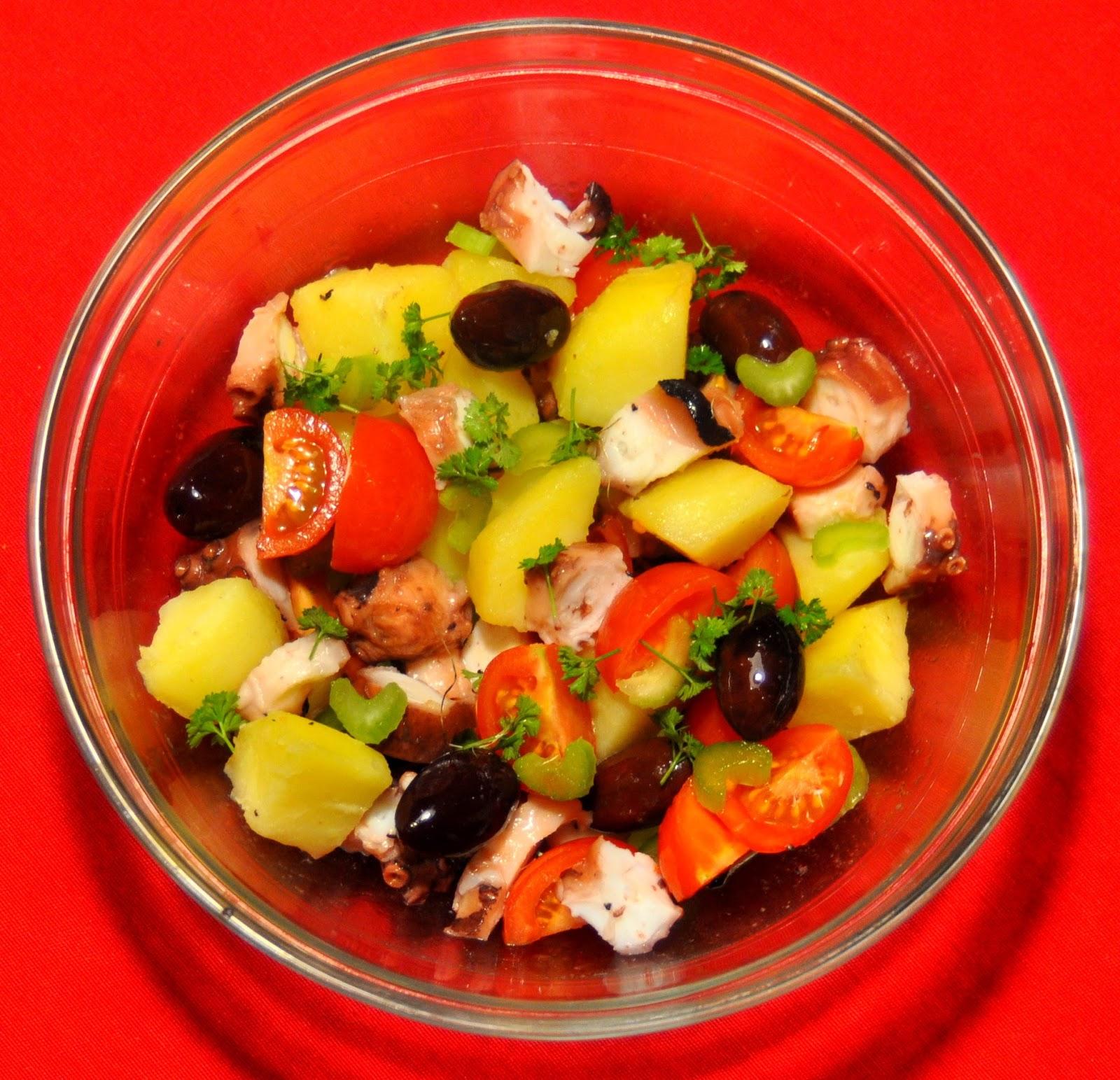 My najczęściej ośmiornicę przyrządzamy klasycznie w wersji polpo e patate czyli ośmiornica z ziemniakami polana oliwą i posypana natką