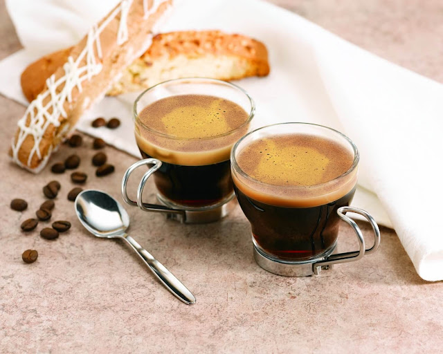 Nếu không quen với vị đắng, bạn có thể cho thêm đường. Nhưng đối với những người sành sỏi, Espresso nguyên chất mới chuẩn vị và đậm đà khó quên. Espresso còn được dùng để pha các loại cà phê khác như caffè latte, cappuccino, caffè macchiato, cafe mocha, caffè Americano...