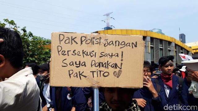Poster Demo Mahasiswa: Minta Tak Ditembak hingga 'Ponakan Pak Tito'
