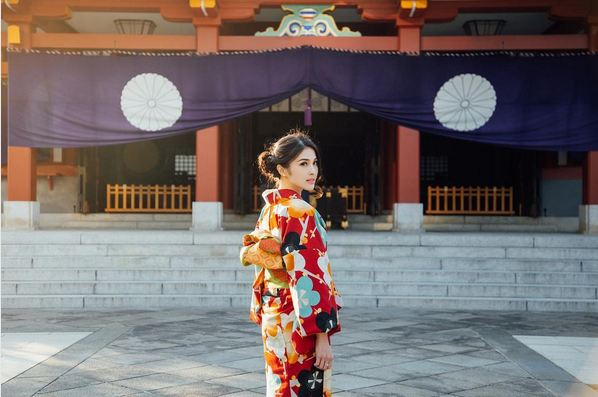 Sandra Dewi makin cantik dengan kimono