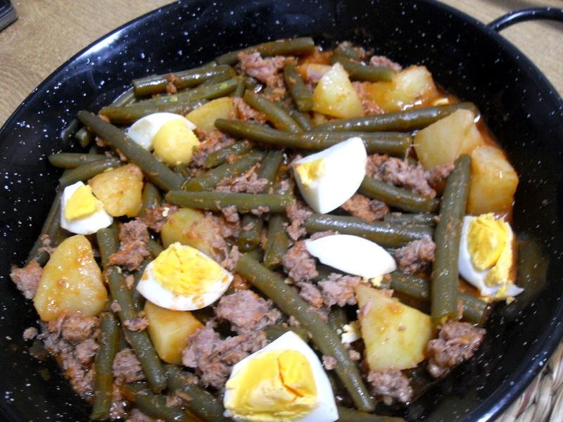 Judías verdes redondas con patatas, migas de atún y huevo cocido.