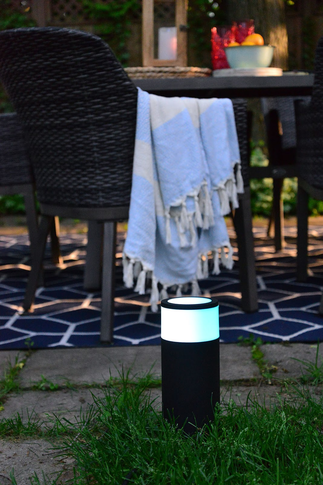 philips hue calla bollard, outdoor rug, outdoor entertaining, summer party tips