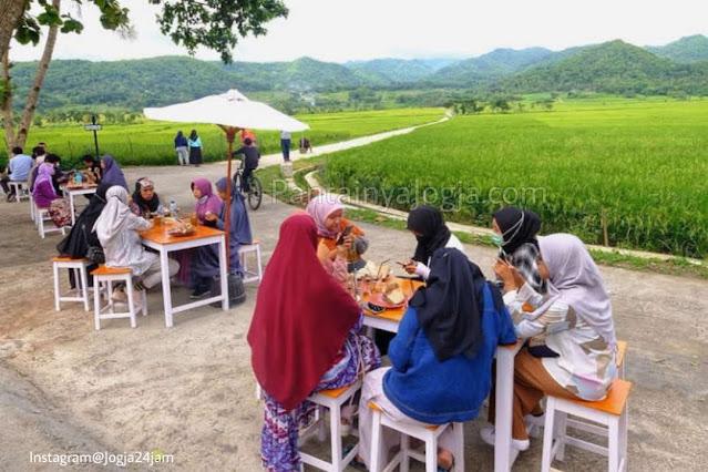 Geblek Menoreh View Kulon Progo,Angkringan Terbuka Pemandangan Sawah Dan Pegunungan