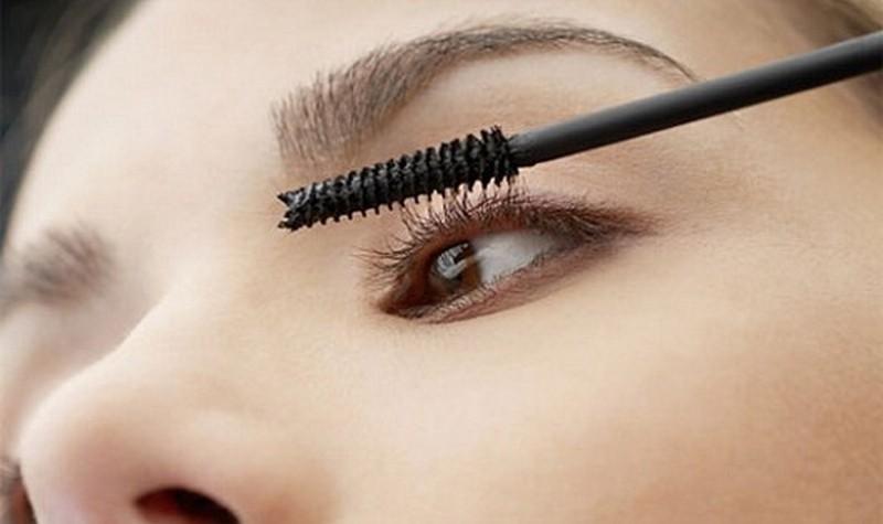 Vaseline có thể được dùng để thay thế mascara
