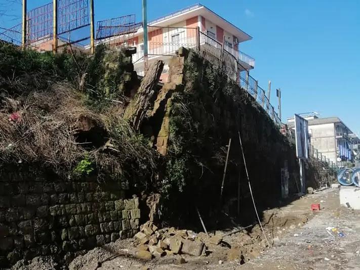 Via Miano chiusa al traffico per crollo di un muro