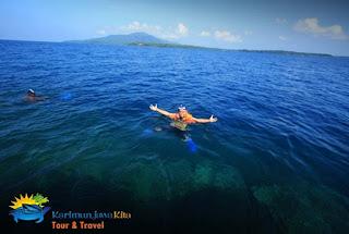 wisatawan snorkeling di karimunjawa