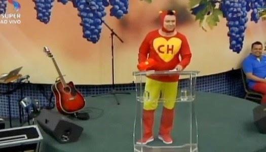 Pastor se viste de chapulín en iglesia