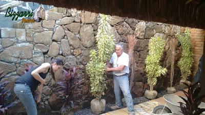 Bizzarri com sua filha Katia Bizzarri executando o paisagismo no Restaurante Recanto das Pedras em Atibaia-SP.