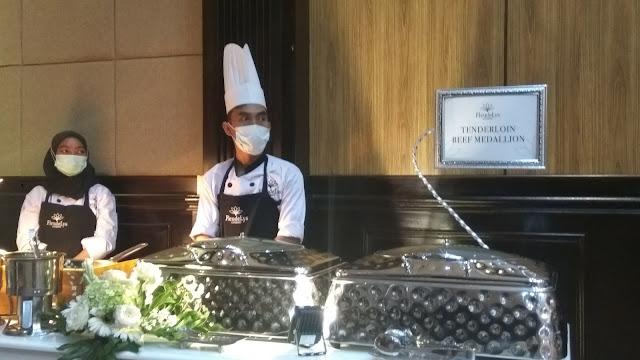 Pramusaji yang siap melayani tamu katering (dok.www.rindhuhati.com)