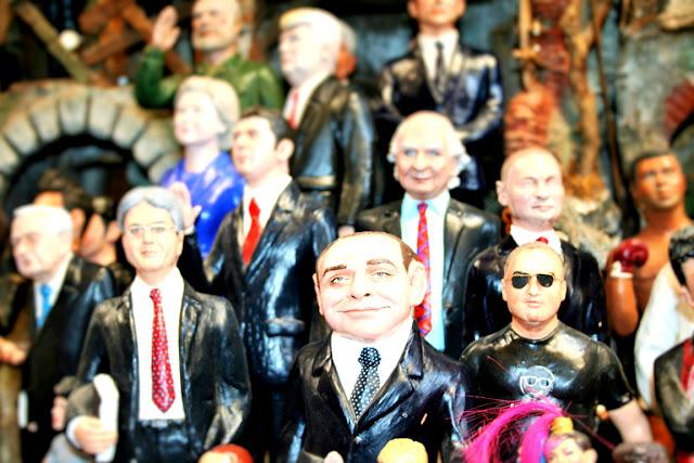 statue, Berlusconi, politici, esposizioni, spaccanapoli, Napoli