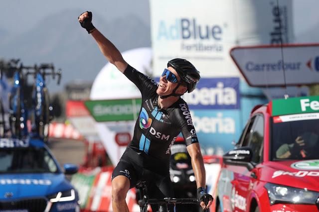 Com o braço direito erguido e o punho cerrado, Romain Bardet celebra vitória na etapa de La Vuelta