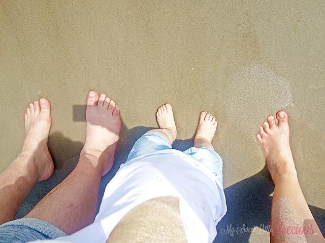 dziecko z rodzicami nad morzem