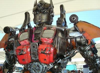 Optimus prime hecho con desechos reciclados metálicos