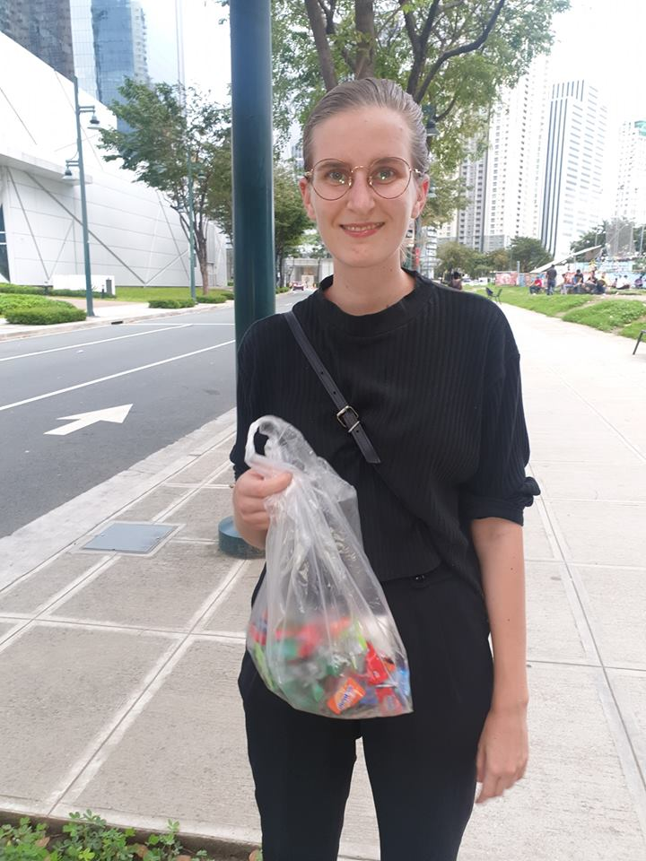 Foreigner picks up trash by herself at BGC