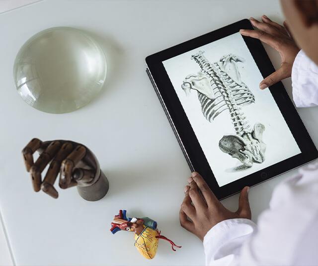 medico lidando com a telemedicina no seu computador