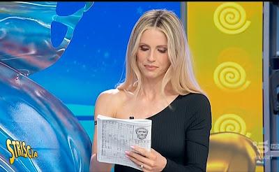 Michelle Hunziker bella conduttrice bionda striscia la notizia 22 maggio