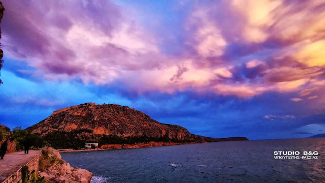 Πανδαισία χρωμάτων στη δύση του ηλίου στο Ναύπλιο (βίντεο)