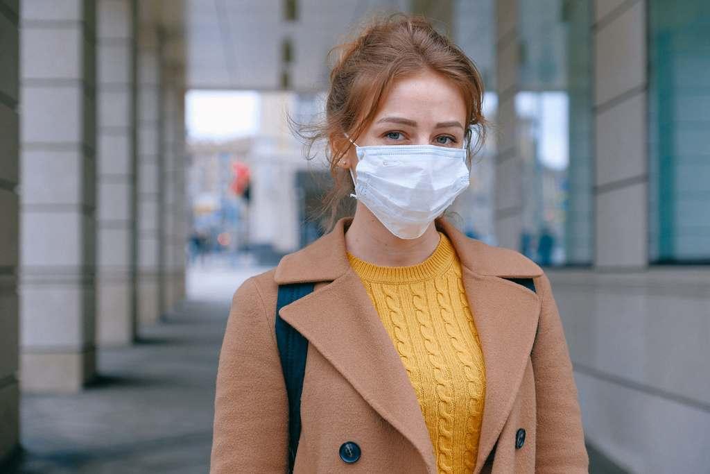 """""""O mecanismo mais comum para transmissão da COVID-19 é por meio de gotículas respiratórias que são maiores do que aerossóis e são mais facilmente bloqueadas pelas máscaras,"""""""