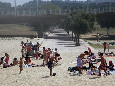 faixa de areia com pessoas na praia que se une com o Parque da Cidade do Porto