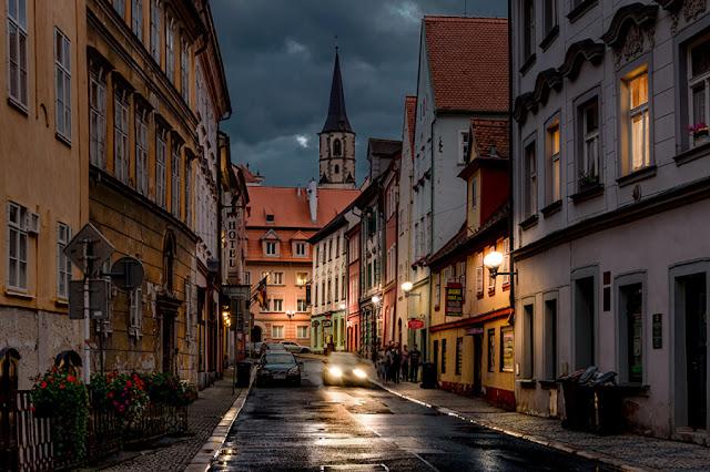 Nếu coi những thành phố châu Âu xinh đẹp là những viên đá quý, thì Prague nổi lên như một viên kim cương đắt giá. Thủ đô của Cộng hòa Czech mang vẻ đẹp quyến rũ và ấn tượng, được bầu chọn là một trong những thành phố du lịch đáng ghé thăm nhất ở châu Âu với những lâu đài cổ tuyệt đẹp, những kiến trúc ấn tượng như phố cổ Stare Mesto và quảng trường Old Town. Đông đảo du khách đến đây còn để khám phá nền ẩm thực đặc sắc cũng như con người hiền hoà nhưng không kém phần thú vị.