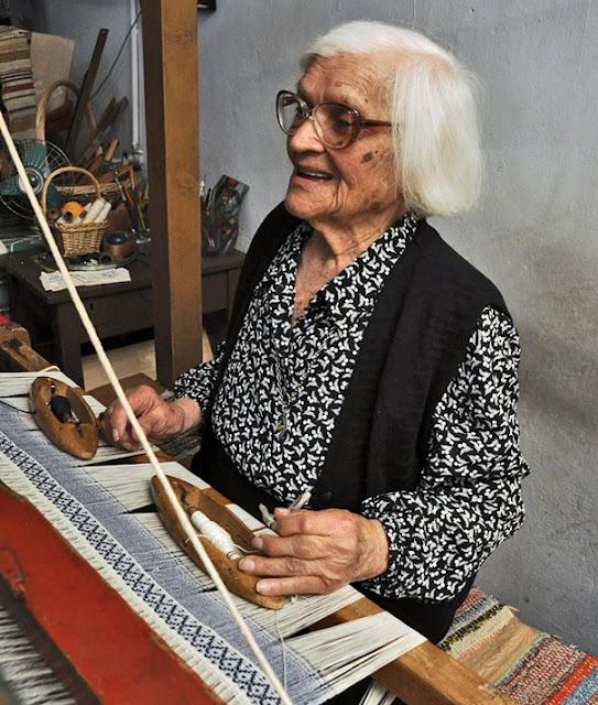 Η Ιωάννα Πρωίου είναι 106 ετών, ξακουστή υφάντρα και Ικαριώτισσα
