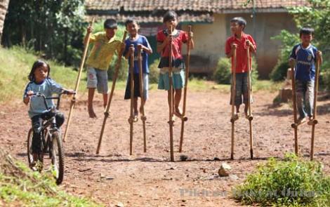 Sejarah Permainan Egrang Bambu Dan Cara Melakukannya