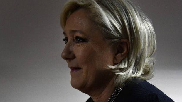 Le Pen diz que a Rússia não invadiu a Crimeia, porque Crimeia foi sempre uma parte da Rússia. ela quer remover todas as sanções contra a Rússia pela interferência na Ucrânia