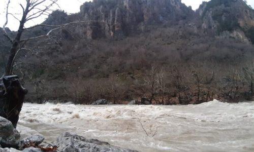 Το απότομο λιώσιμο των χιονιών στα βουνά εξ αιτίας της ανόδου της θερμοκρασίας το προηγούμενο διήμερο και των βροχοπτώσεων που ακολούθησαν έχουν ως αποτέλεσμα να φουσκώσουν όλα τα ποτάμια της Ηπείρου και να απειλούνται πλημμυρικά φαινόμενα.