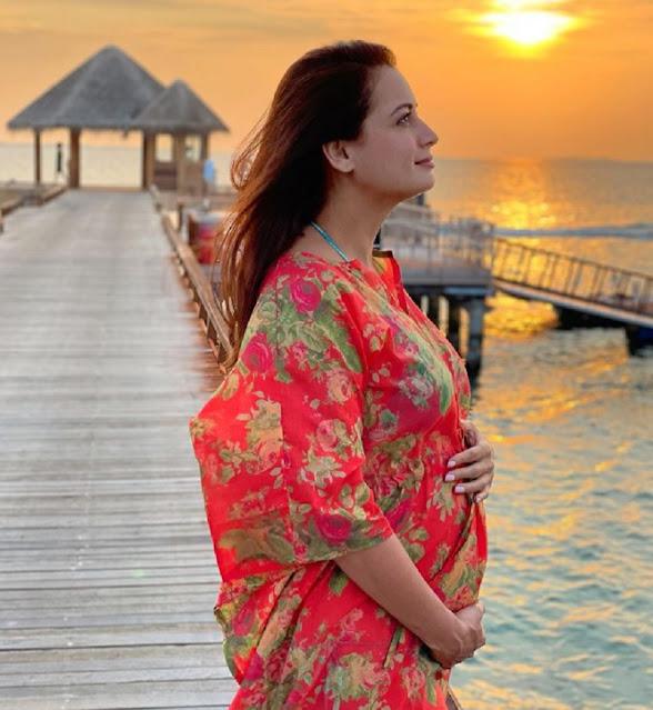 शादी के डेढ़ महीने बाद दीया मिर्जा ने फैंस को दी खुशखबरी, सनसेट के बीच फ्लांट किया बेबी बम्प