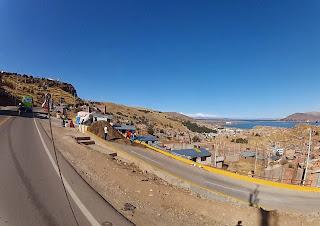 Puno / Peru vista do alto com o Lago Titicaca ao fundo.