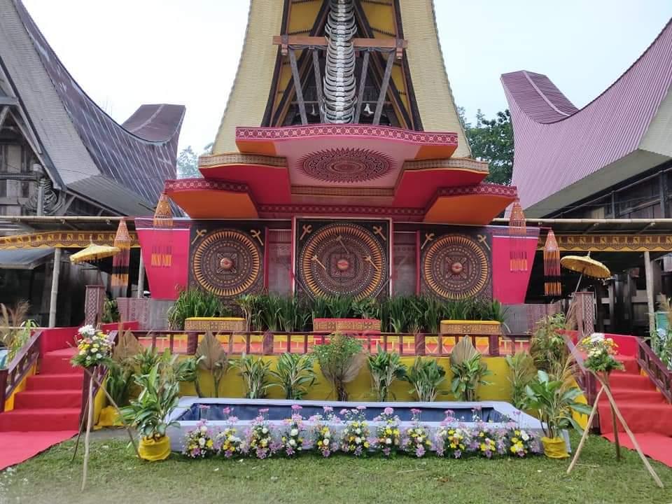 Dekorasi pelaminan Toraja sederhana