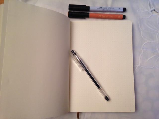 Caderno para dot journaling com caneta