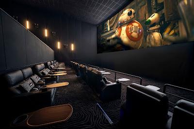 suasana di depan layar bioskop Cinepolis Indonesia