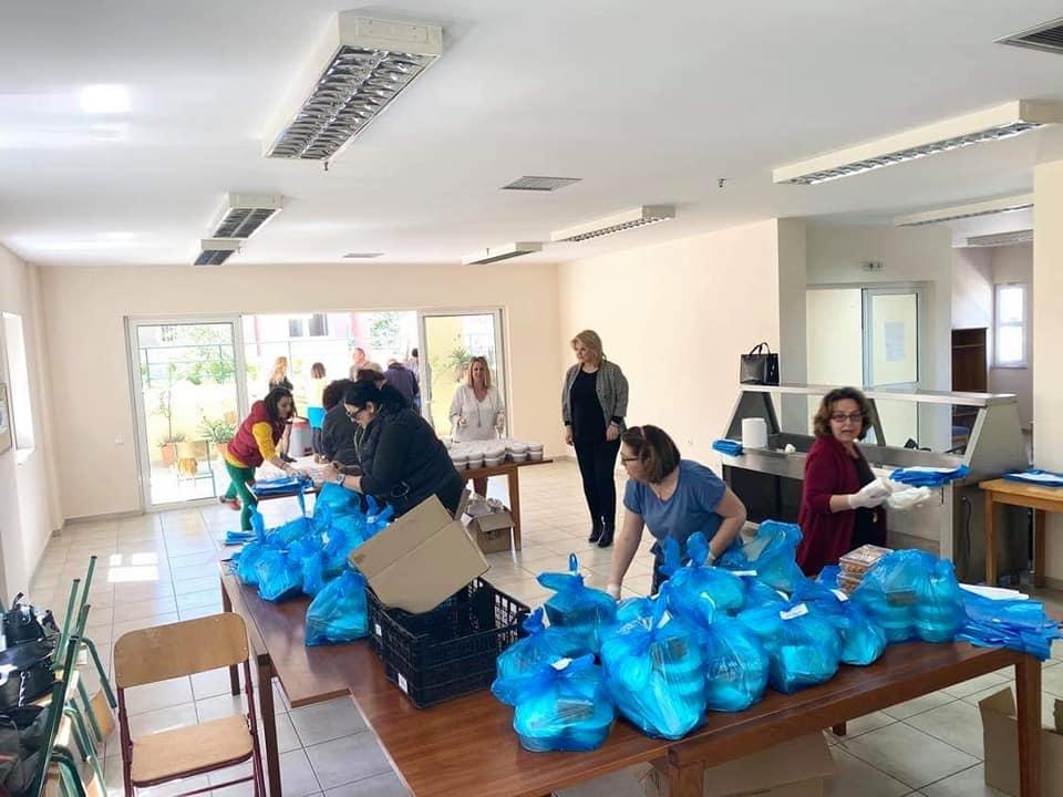 Εργαζόμενοι και εθελοντές εργάστηκαν με ιδιαίτερη χαρά για να ετοιμαστούν 540 μερίδες φαγητό.