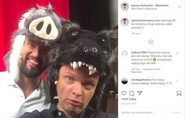 Szymon Hołownia z kolegą pozują w szmacianych maskach zwierząt