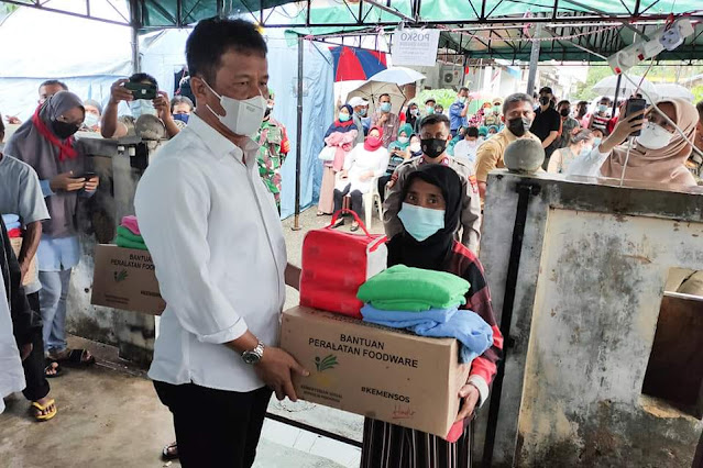 Rudi bersama Marlin Menyerahkan Bantuan Warga Korban Kebakaran di Baloi Mas Indah