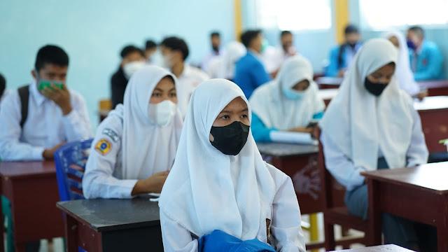 Nizar Beri Motivasi Para Pelajar di SMK Negeri 1 Singkep Untuk Mengikuti  Vaksinasi Covid-19