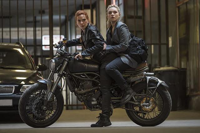 Scarlett Johansson y Florence Pugh. Fotograma de Disney+.