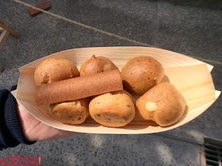 Buñuelos rellenos de crema, chocolate y matcha, en la entrada del GinkakuJi
