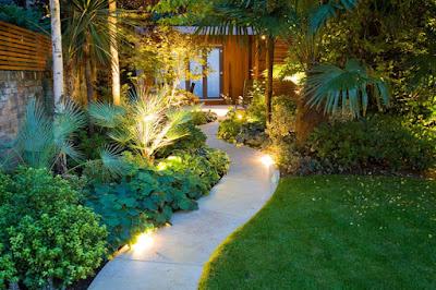 iluminación de un jardín