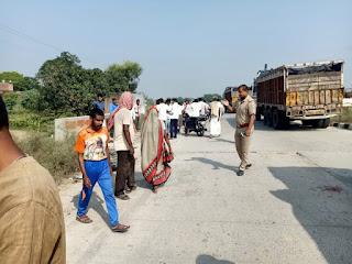 ट्रक की चपेट में आने से बाइक सवार दो मजदूर को मौत, एक घायल   #NayaSaberaNetwork