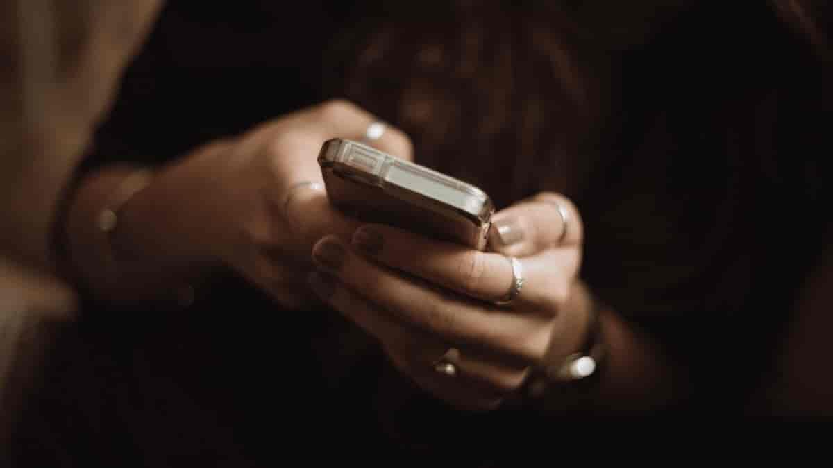 Mulher escrevendo no celular