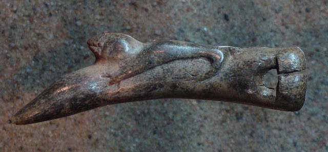 Rogowy artefakt z wykopalisk na grodzisku w Lądzie z motywem zoomorficznym - eksponowany w Muzeum Archeologicznym w Poznaniu