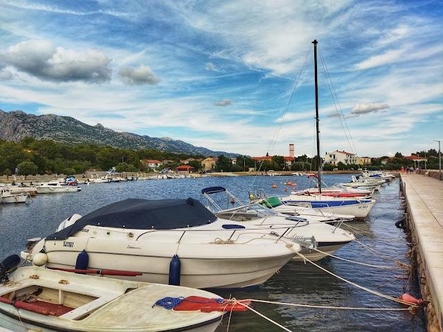 port w Seline, widok na miasto, Chorwacja