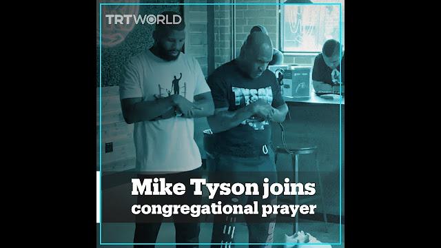Viral Video Mike Tyson Salat Berjamaah dengan Badou Jack