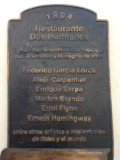 Placa de bronze fixada na parede do bar Dos Hermanos em homenagem aos seus ilustres visitantes