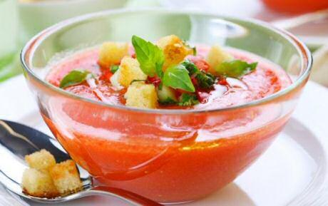 Koude gazpacho soep met watermeloen, tomaat, rode paprika, rode wijnazijn, komkommer, croutons en verse tuinkruiden