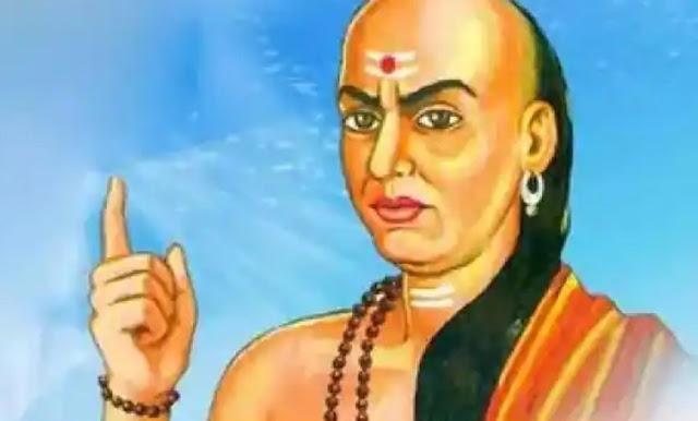 ऐसे मित्रों से व्यक्ति को सदैव रहना चाहिए सावधान, जानिए क्या कहती है Chanakya Niti